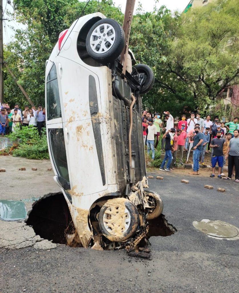 Car-stuck-under-the-Sinkhole