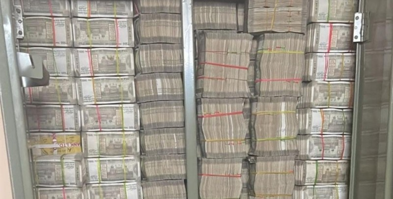 Hyderabad Pharma Company Gets Raided by I-T – Netizens Marvel at Cupboard Loaded with Cash