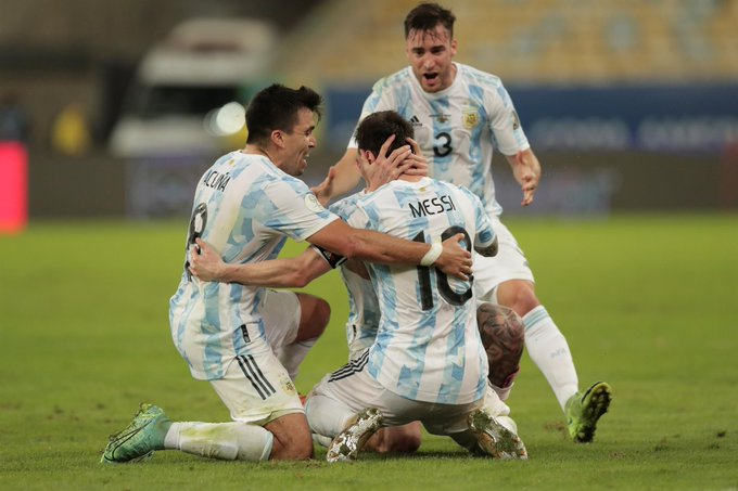 Lionel-Messi-with-his-Teammates