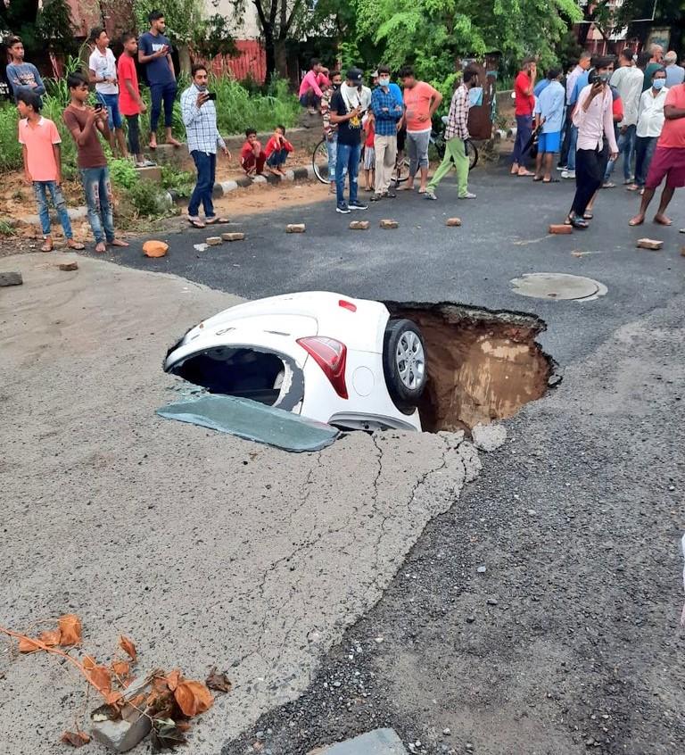 delhi-Car-in-Sinkhole