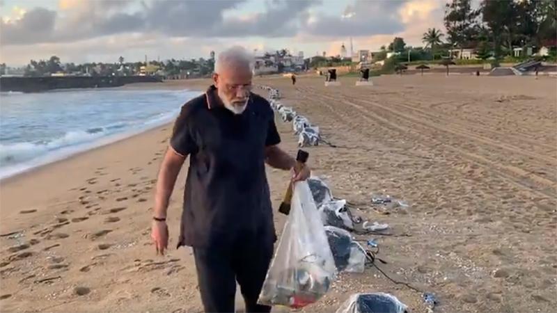 Modi Ji was seen picking up garbage on a Beach. Twitter can't stop praising.
